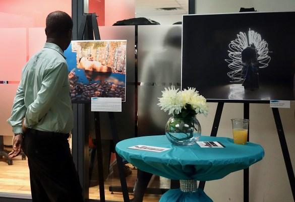 A droite, une photo prise lors d'un atelier de Light Painting