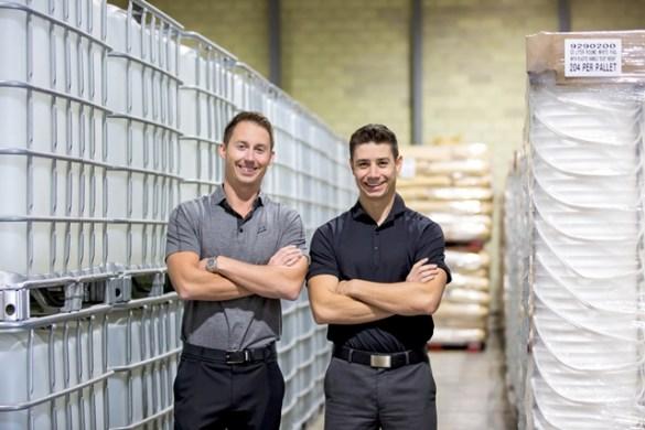 Steve Zinger et Rob Bianchin dans leur entrepôt de Blendtek, qui abrite des centaines d'ingrédients, comme de l'huile de tournesol biologique à haute teneur en acide oléique. (Photo: Kinsey Winger)