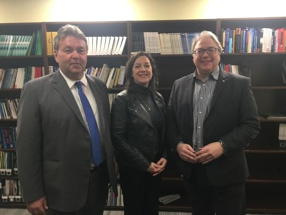 Le juge Martin Lambert, de la Cour de justice de l'Ontario, Maître Sonia Ouellet, présidente de l'AJEFO, et François Boileau, commissaire aux services en français