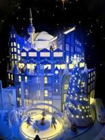 Une ville de Toronto stylisée dans une vitrine de La Baie au centre-ville. Trouvez l'hôtel de ville, le palais de justice, l'édifice en fer à repasser, un streetcar... (Photo: Nathalie Prézeau)