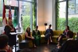 Judith Charest, directrice de La Cité à Toronto, s'adressant aux finissantes accompagnée d'autres membres de la direction du collège.