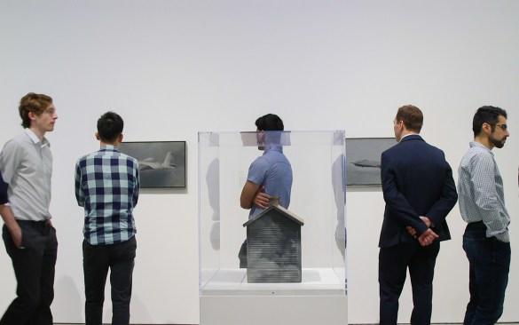 Photo du Dr Lupien et ses collègues devant des peintures