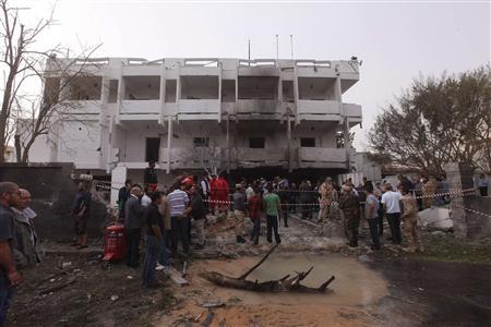 L'ambassade de France à Tripoli a été visée mardi par un attentat sans doute commis au moyen d'une voiture piégée qui a blessé deux gendarmes français. Aucune piste n'a été évoquée pour l'heure. /Photo prise le 23 avril 2013/REUTERS/Ismail Zitouny