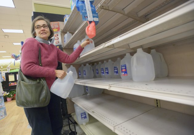 <p>               New Orleans resident Isabel Medina stocks up on bottled water at the Winn Dixie Supermarket on Tchoupitoulas Street due to a boil water advisory after water pressure dipped below 15 PSI on the east bank of Orleans Parish at the Orleans Parish Sewerage & Water Board in New Orleans , La., Sunday, March 3, 2013. (AP Photo/Matt Hinton)