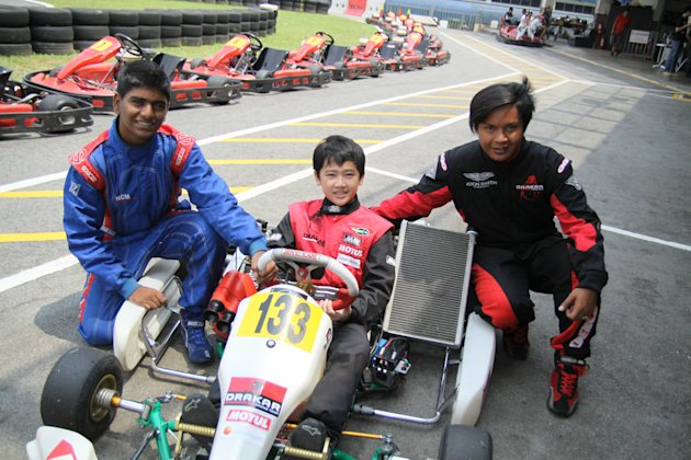 Jon Lee (centre) with seniors Santos Bala (left) and Opai Naufal (right) (Photo courtesy of Kartmaster Drakar Racing Team)