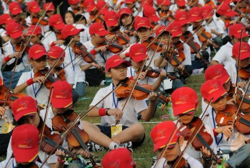 More than 4,600 Taiwanese schoolchildren came together for a mass violin-playing session