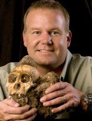 Esta imagen distribuida por la revista Science muestra a Lee Berger, de la Universidad de Witwatersrand en Sudáfrica, con el cráneo del Australopithecus sediba, posible eslabón perdido anterior al género de los seres humanos modernos (AP Foto/Courtesy of Lee Berger and the University of Witwatersrand)