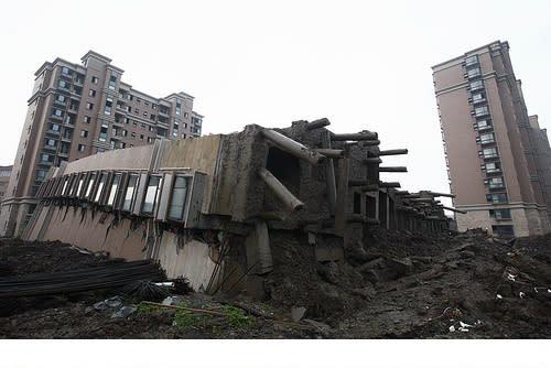 El edificio se desplomó quedando intacto sobre el suelo, en Lianhuanan, Shangai.