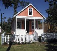 Modelo de una Casa Katrina de la cadena de artículos para el hogar Loews. Las diminutas viviendas fueron diseñadas pensando en los sobrevivientes del huracán Katrina en Luisiana, pero han ganado popularidad en otras regiones del país. (AP Photo/Lowe's) NO SALES