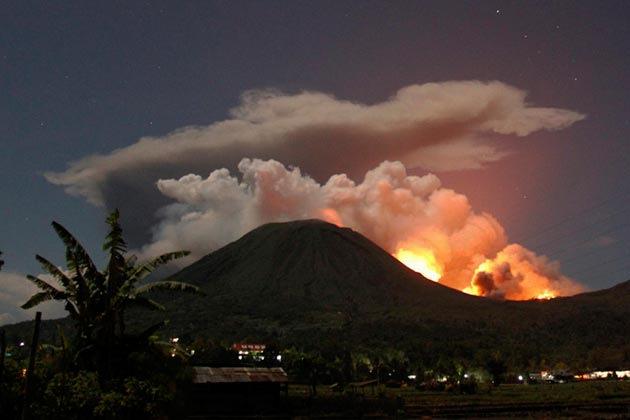 indonesia-volcano-150711-04