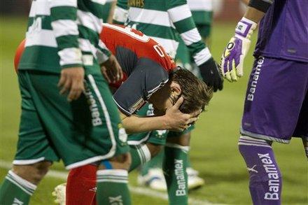 disgusto de los jugadores tras el empate