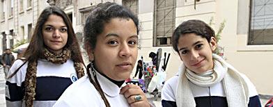 Las estudiantes Milagros Szabo, María Susana Alzogaray y Ana Lucía López, ayer, en Tucumán./ Foto: La Nación/Fernando Font