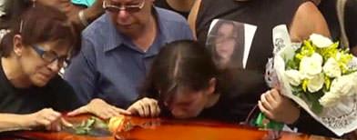 Algunos testigos del mortal incendio de Brasil visitaron el centro nocturno con las autoridades como parte de la investigacion de la tragedia, mientras que familiares de algunas victimas enterraron a sus seres queridos. (Video AP)