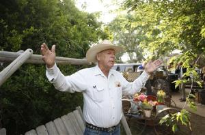 Rancher Cliven Bundy gestures at his home in Bunke …