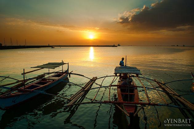 Fishermen watch the famed Manila Bay sunset. (Yen Baet)