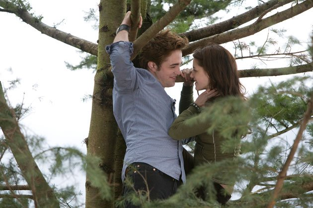 Twilight Sexiest Moments: Yeah it's rather cool when your boyfriend can fly. Their relationship HOTS UP.