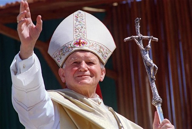 Pope John Paul II waves to wellwishers on 28 April 1989 upon his arrival in Antanarivo at the beginning of a 10-day Africa tour