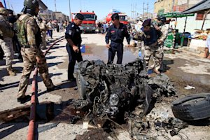 Iraqi security forces inspects wreckage at the site …
