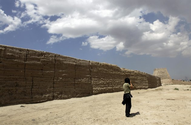 A visitor takes a picture of a section of the Great Wall at Jiayuguan Fort located at the start of the Great Wall of China, near Jiayuguan city, in Gansu province June 17, 2012. REUTERS/Jason Lee (CHINA - Tags: TRAVEL)
