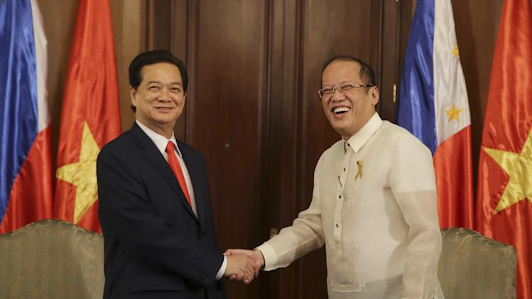 Philippine President Benigno Aquino III, right, greets Vietnamese Prime Minister Nguyen Tan Dung