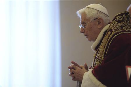 """Le pape Benoît XVI démissionnera le 28 février. Il estime que """"ses forces et son âge avancé"""" ne lui permettent plus d'exercer son ministère. /Photo prise le 11 février 2013/REUTERS/Osservatore Romano"""