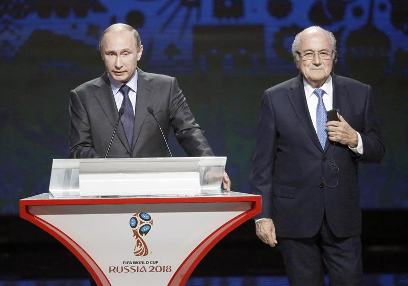 MOS07. St.petersburg (Russian Federation), 25/07/2015.- Russian President Vladimir Putin (L) and FIFA President Joseph Blatter (R) attend the Preliminary Draw of the FIFA World Cup 2018 at Konstantinovsky palace outside St.Petersburg, Russia, 25 July 2015. St.Petersburg is one of the host cities of the FIFA World Cup 2018 in Russia which will take place from 14 June until 15 July 2018. (Rusia) EFE/EPA/MAXIM SHIPENKOV