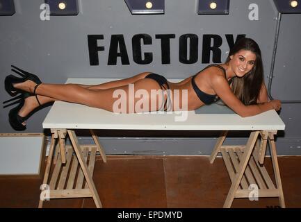 Superfit model Lynn Kelly strips-down & gets inked by ...