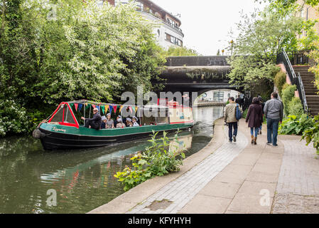 Canal cruise boat on Regent's Canal, Regent's Park, London ...