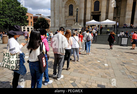 A queue to get into St Pauls Cathedral Stock Photo ...