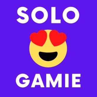 """Visuel du podcast Sologamie, sur fond bleu, avec l'émoji souriant avec des coeurs dans les yeux, et le mot Sologamie écrit en 2 partie, """"solo"""" en haut de l'émoji, et """"gamie"""" en bas"""