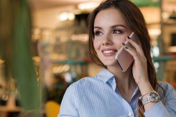 une femme converse au téléphone