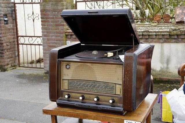 Radio tourne-disque ancien