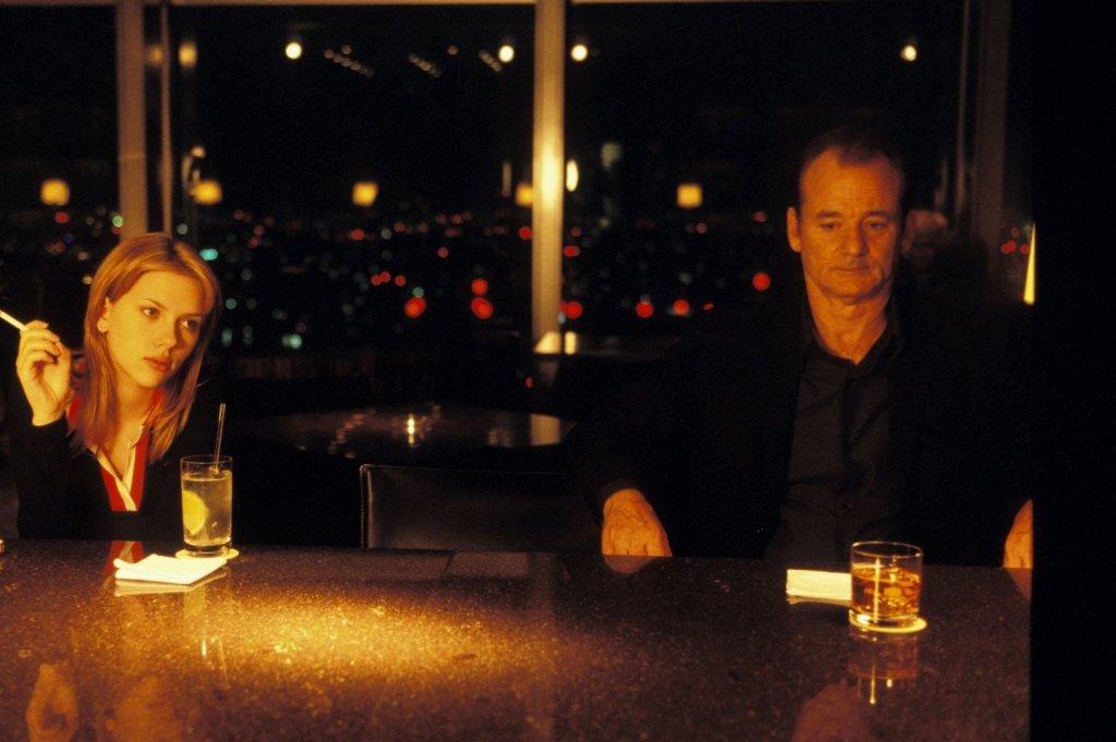"""Image du film """"Lost In Translation"""" de Sophia Coppola, avec Scarlett Johansson et Bill Murray. Perte de l'enfance, de l'adolescence pour l'une ; perte des illusions pour l'autre."""