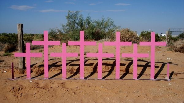 Cruces rosas en Lomas de Poleo Planta Alta Ciudad Juarez lugar del feminicidio de 8 mujeres