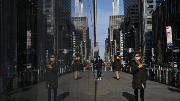 personas caminando en una calle de Nueva york