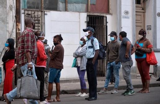 Cubanos en La Habana en la fila para comprar comida