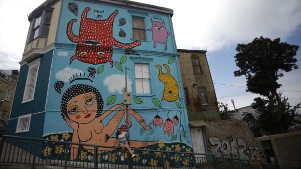 mural en Valparaiso de la cantante Mon Laferte