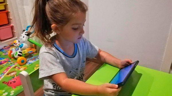 niña con tableta en su casa