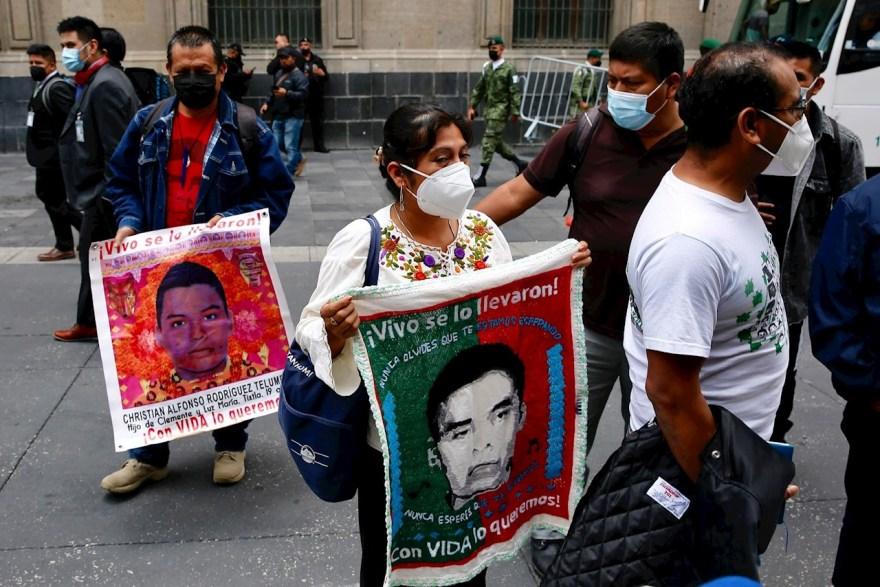 Foto de los padres de los normalistas en Palacio Nacional