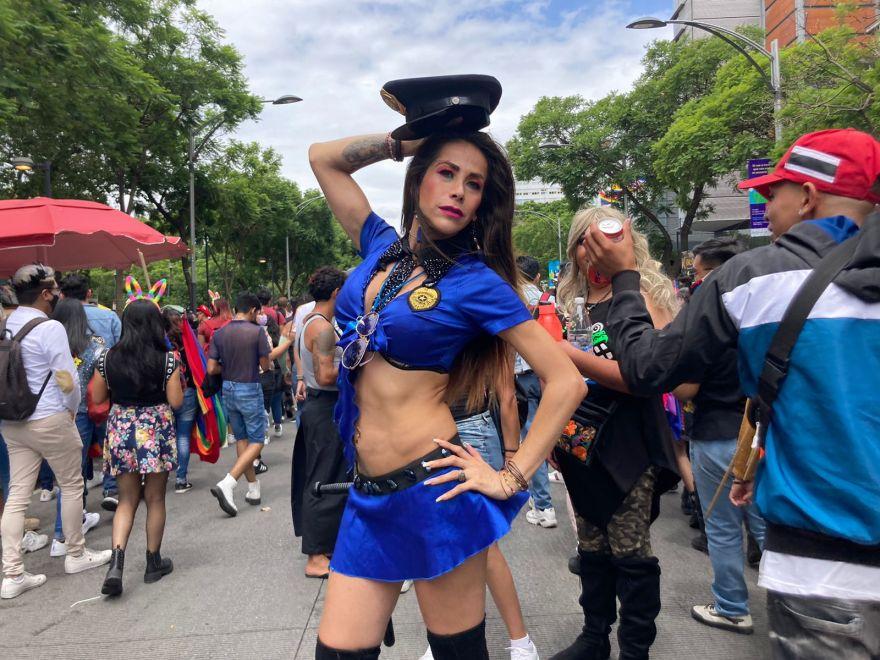 La diseñadora de imagen Michelle Medina asistió a la marcha LGBT+ 2021. Fue disfrazada de policía por representar la justicia. Foto: Anna Portella/La-Lista.
