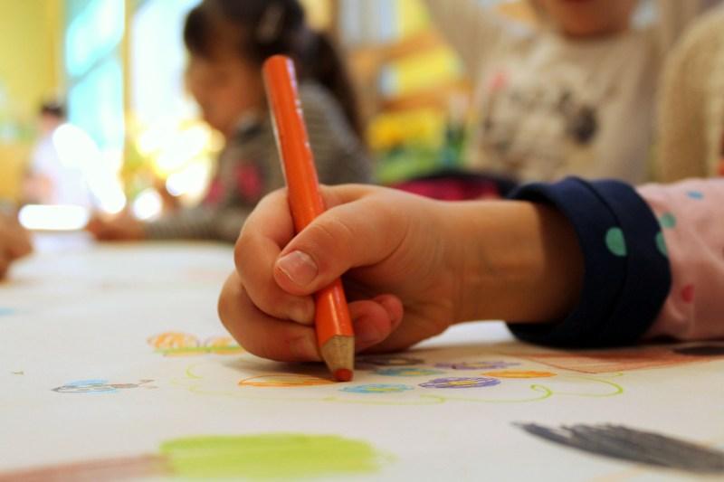 Francia veta el lenguaje inclusivo en escuelas por considerarlo un 'obstáculo'