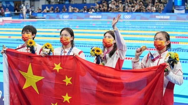 Foto de las ganadoras de la medalla de oro en relevos de natación