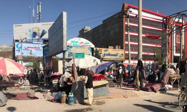 'Nuestros hijos tienen hambre': la crisis económica lleva a los afganos a la desesperación