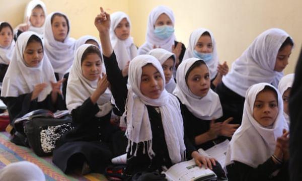 Los talibanes prohíben la educación secundaria a las niñas en Afganistán
