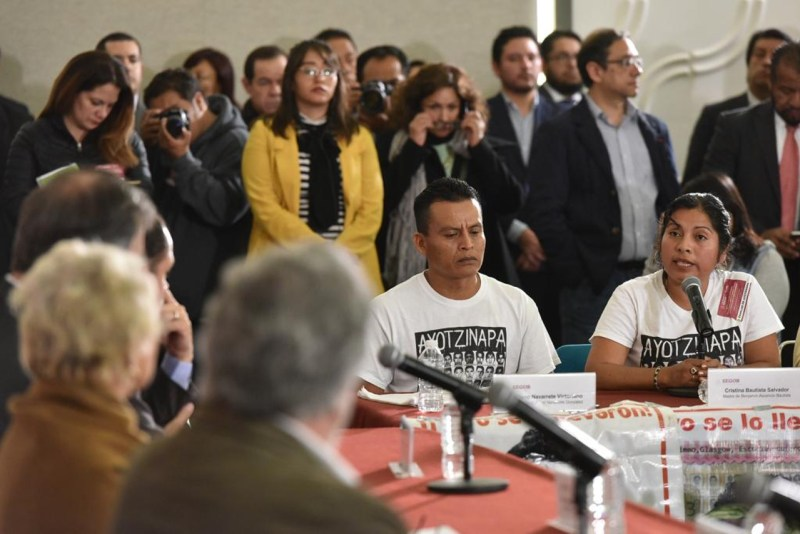 Foto de una reunión de padre y gobierno para ilustrar nota sobre el caso ayotzinapa