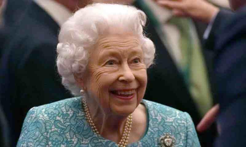 La reina Isabel II pasó la noche en el hospital tras cancelar su visita a Irlanda del Norte