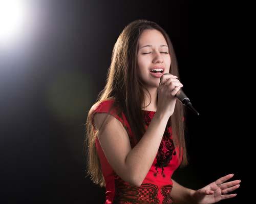 Jeune femme chantant !