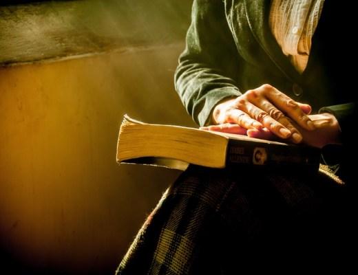 Mains en prière sur la bible