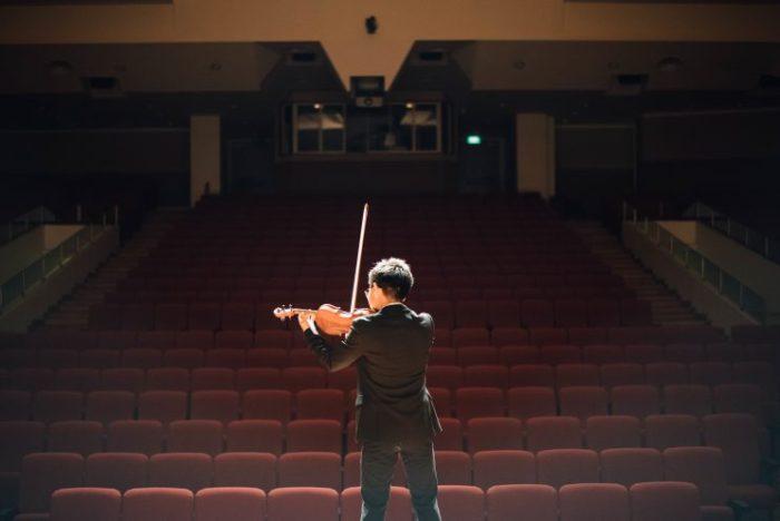 Violoniste seul sur scène