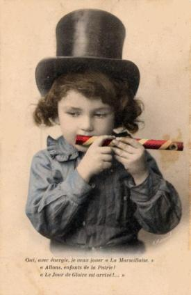 Enfant jouant du mirliton